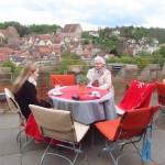 Frisch gebrautes Bier und regionale Speisen auf der Dachterrasse genießen